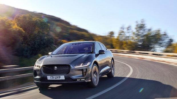 Jaguar ist einer der Ersten, der nach Tesla mit einem ausgewachsenen Elektroauto auftrumpft: Der Crossover I-Pace soll dank eines 90-Kilowattstunden-Akkus eine Reichweite von rund 480 Kilometern bieten. An Schnellladesäulen mit 100 Kilowatt könne die Batterie in 40 Minuten bis auf 80 Prozent geladen werden. (Bild: Jaguar)