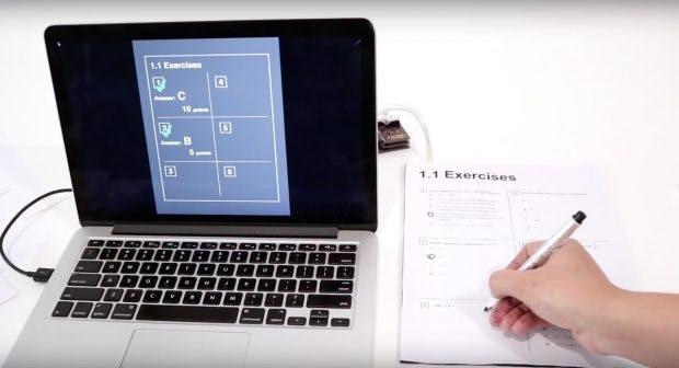 Eine Beispielanwendung der Forscher kontrolliert auf Papier gegebene Antworten direkt. (Screenshot: Youtube)