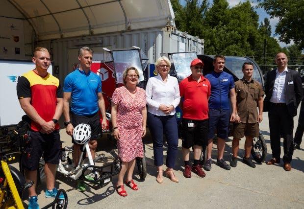Senatorin Regine Günter (Vierte von links) zusammen mit Projektverantwortlichen und Paketfahrern.(Foto: Lnc GmbH)