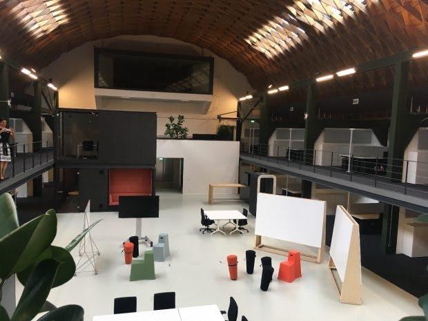Teure Sitzmöbel sollen zur Aktivität verhelfen: Blick über die Flure der Porsche Digital GmbH. (Foto: Ekki Kern)