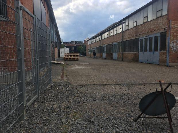 Außer noch pfui, innen hui: Das alte Fabrikgelände soll zu Höchstleistungen anspornen. (Foto: Ekki Kern(
