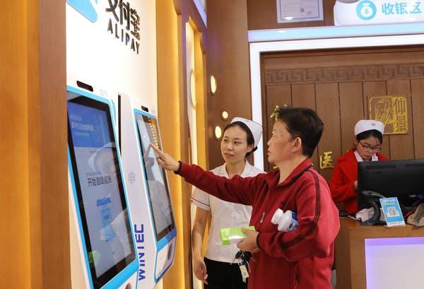 """Ein Anwohner bezahlt seine Medizin mit Alipay in einer Apotheke. Ein """"Future Drugstore"""", ein Prestigeprojekt von Alipay. (Foto: Dpa)"""