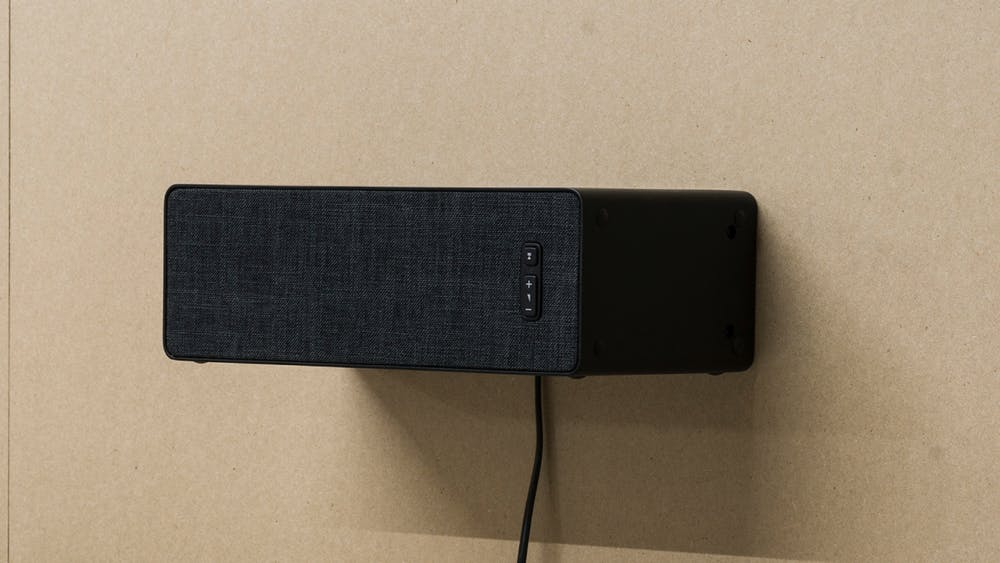 Die Ikea Symfonisk-WLAN-Speaker besitzen die bekannten Sonos-Buttons. (Foto: Ikea)