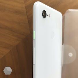 Wie beim Pixel 2 ist der Powerbutton beim Pixel 3 XL farblich abgesetzt. (Foto: Rozetked)