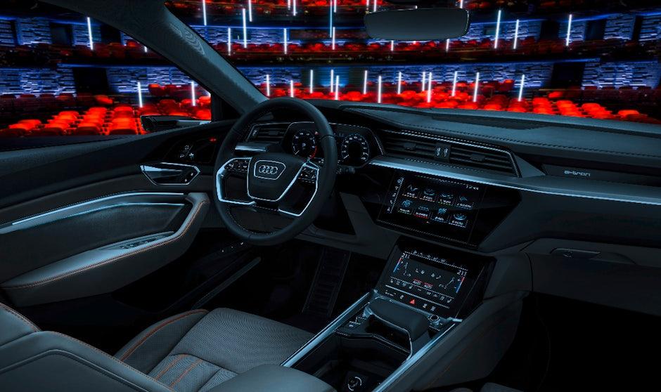https://assets.t3n.sc/news/wp-content/uploads/2018/07/A187613-Audi-E-Tron-Interieur.jpg?auto=compress%2Cformat&fm=jpg&ixlib=php-1.1.0&q=65&w=940&s=1e8f0c3541bcb9d8377e629b122cbd26