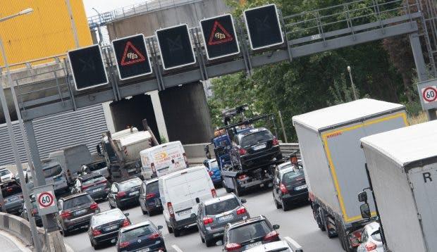Stau auf dem Berliner Ring. Wie sinnvoll ist das Auto im Privatbesitz in der Stadt? (Foto: dpa)