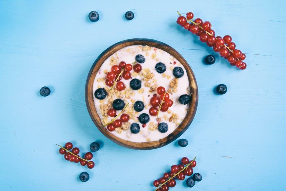 Frischer Naturjoghurt unterstützt die Verdauung. Joghurt enthält viel Kalzium und wirkt durch aktive Milchsäurebakterien probiotisch, das stärkt die Darmflora und das Immunsystem. Sogar mit einer leichten Laktoseintoleranz verträgt man Joghurt meist noch ganz gut. Wer mag, kann noch Früchte oder Haferflocken dazugeben. (Foto: Shutterstock)