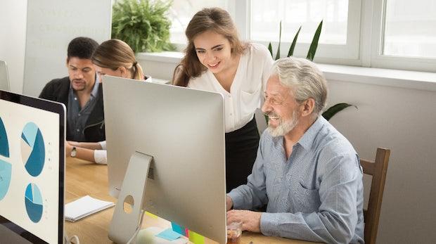 Reverse Mentoring: Wie du junge Mitarbeiter zu Mentoren älterer Kollegen machst