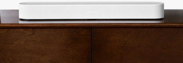 Die Sonos Beam ist um einige kompakter als die Playbar – und hat Alexa an Bord. (Bild: Sonos)