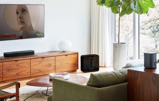Mit der Sonos Beam könnt ihr auch Amazons Fire TV (Stick) per Sprache steuern. (Bild: Sonos)