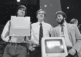 1984: Steve Jobs, John Sculley und Steve Wozniak präsentieren den neuen Apple IIc computer in San Francisco. (AP Photo/Sal Veder, File)