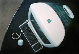 1998: Einer der neuen iMacs im Hauptquartier in Cupertino. (AP Photo/Ben Margot, File)