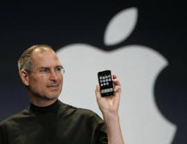 2007: Der Apple-Chef Steve Jobs präsentiert das neue iPhone. (AP Photo/Paul Sakuma)