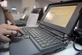 Ein Powerbook 100 Laptop in einem privaten Museum für Apple IT-Equipment in Russland. (Photo ITAR-TASS / Alexandra Mudrats)