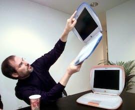 1999: Steve Jobs hält ein iBook. Der G3 war einer der ersten Laptops, die eine Wi-Fi-Karte hatten.(AP Photo/Bebeto Matthews)