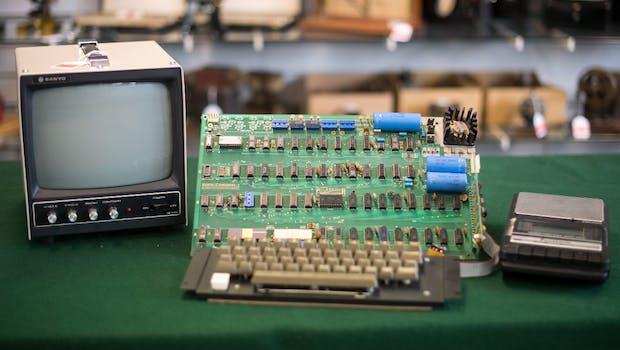 Ein Apple-I-Computer  von 1976, aufgenommen am 12.05.2017 im Auktionshaus Breker in Köln. Foto: Marius Becker/dpa
