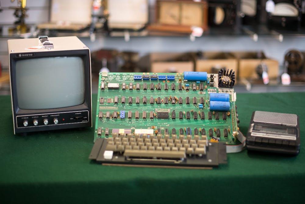 Ein Apple Computer 1 von 1976, aufgenommen am 12.05.2017 im Auktionshaus Breker in Köln. Foto: Marius Becker/dpa