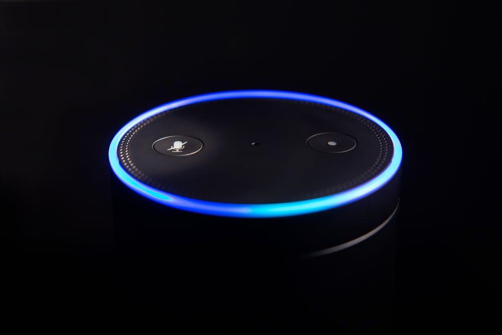 """(Foto: amedley / Shutterstock.com)Wenn man nachts mal raus muss, will man oft kein Licht machen. Mit dem Kommando """"Alexa, starte Nachtlicht"""" oder """"Alexa, starte Nachtlicht für eine Minute"""" (wählbar ist ein Zeitraum von bis zu 90 Sekunden) lässt sich die Beleuchtung des Echo einschalten und geht danach automatisch wieder in den Stand-by-Modus. (Foto: amedley / Shutterstock.com)"""