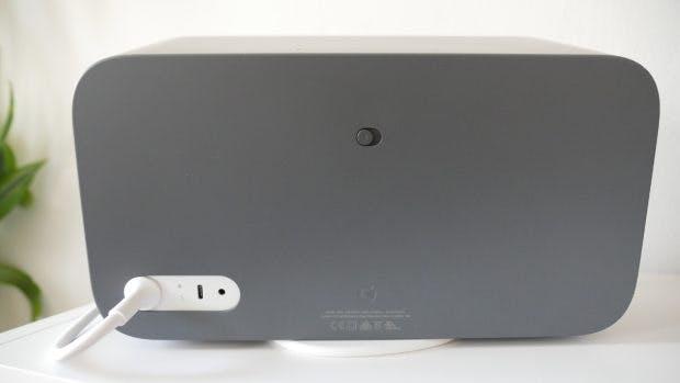 Der Google Home Max von hinten – neben den Anschlüssen befindet sich dort auch ein Schieberegler, um das Mikrofon stumm zu schalten. (Foto: t3n.de)