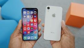 Das iPhone X neben einem iPhone-9-Dummy. (Bild: MKBHD)