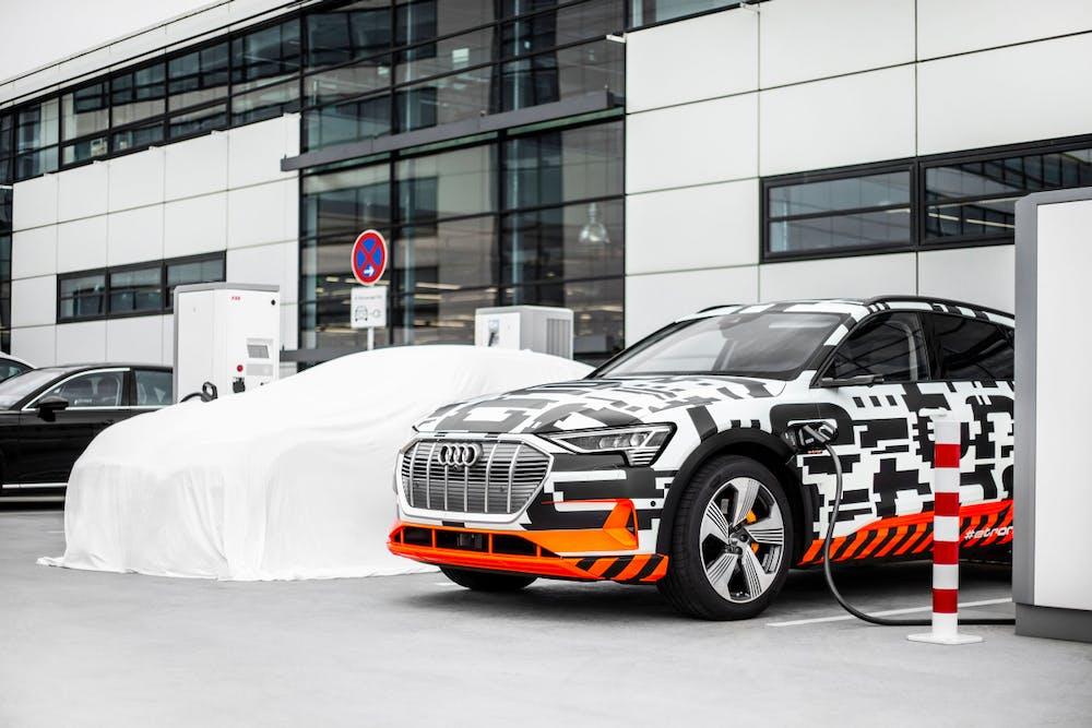 Mit dem Audi e-tron Charging Service kann der Stromer bequem wiederbefüllt werden. (Foto: Audi)