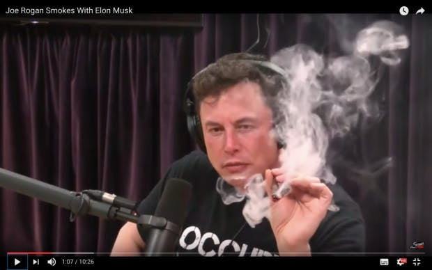 Screenshot des YouTube Videos, in dem Elon Musk Mit Joe Rogan einen Joint raucht.