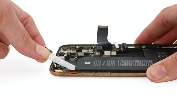 iPhone Xs im Teardown: Der Akku hat jetzt eine Notch