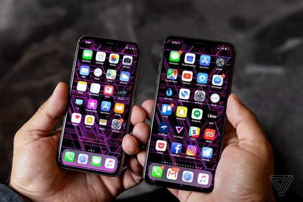 iPhone Xs und Xs Max nebeneinander. (Foto The Verge)
