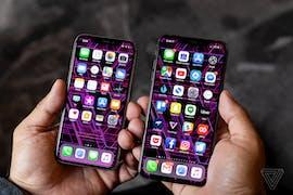 iPhone Xs und Xs Max nebeneinander. (Foto The Verge)