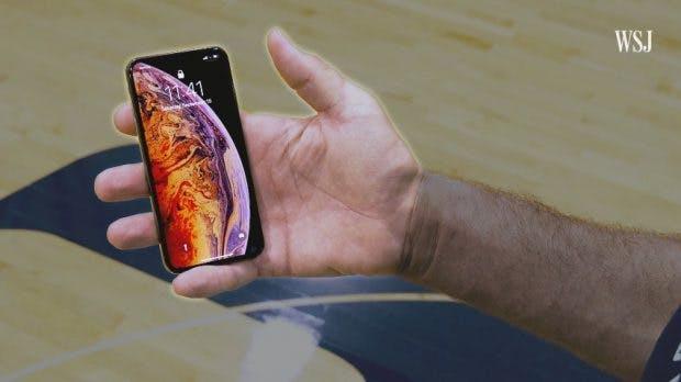 Das iPhone Xs Max in der Hand des 2,31 Meter großen Muresan wirkt plötzlich winzig. (Screenshot: WSJ)