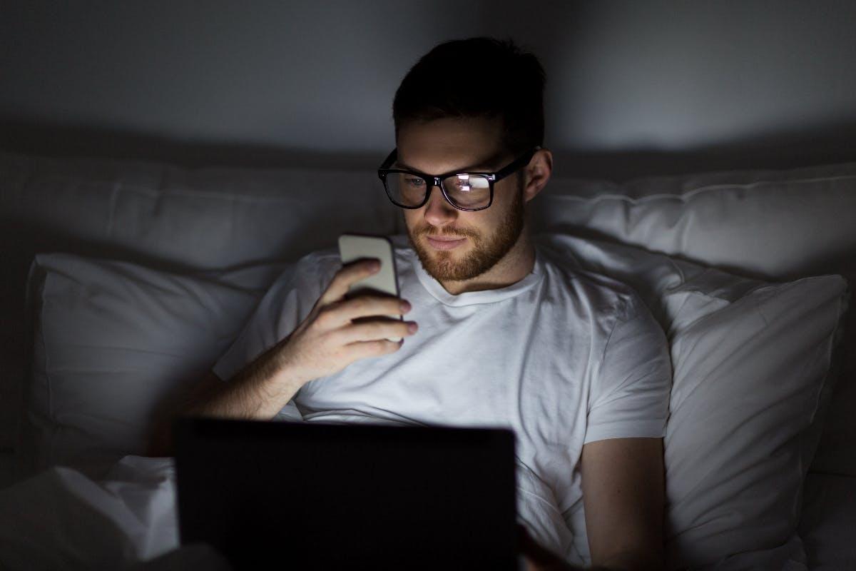 40 Prozent der Arbeitnehmer bearbeiten E-Mails im Bett