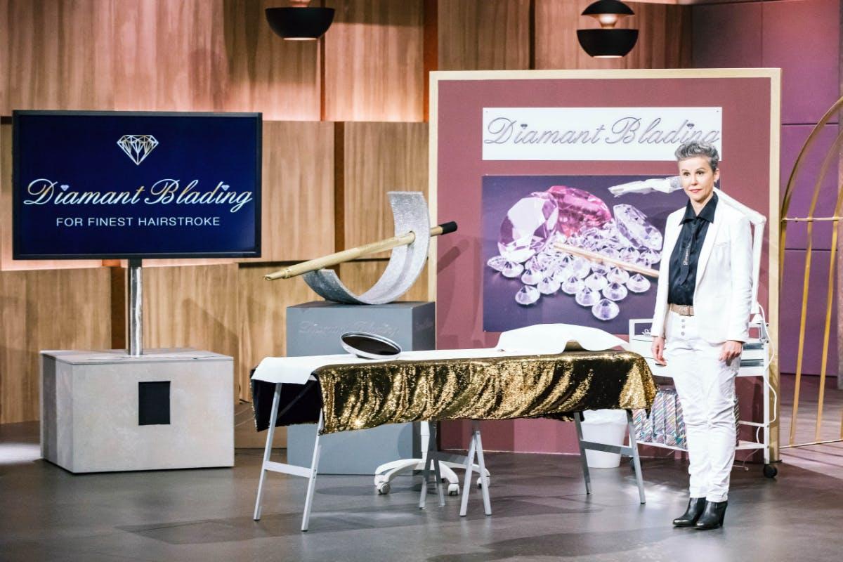 Brigitte Steinmeyer präsentiert bei DHDL ein Permanent Make-up der Augenbrauen. (Foto: © MG RTL D / Bernd-Michael Maurer)