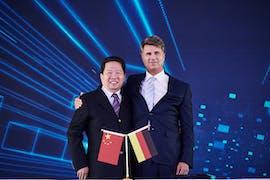 Parteisekretär Chen Qiufa (CPC Liaoning Committee) und Harald Krüger (Vorstandsvorsitzender BMW) auf der Jubiläumsfeier im BBA-Automobilwerk in Tiexi. (Foto: BMW Group)