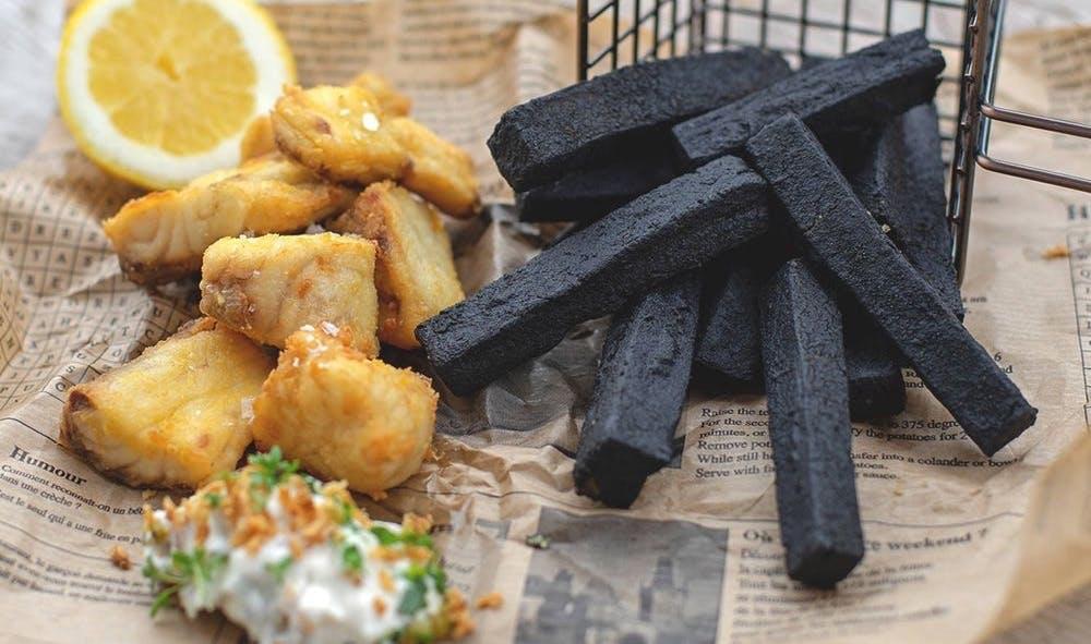 So sehen schwarzen Frittenlove-Fritten aus. Bislang gibt es sie nur in der Gastronomie. (Foto: © Frittenlove)