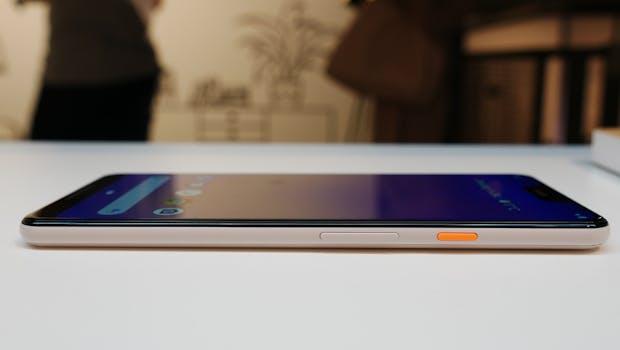 Google Pixel 3 XL von der Seite mit knalligem Powerbutton . (Foto: t3n.de)