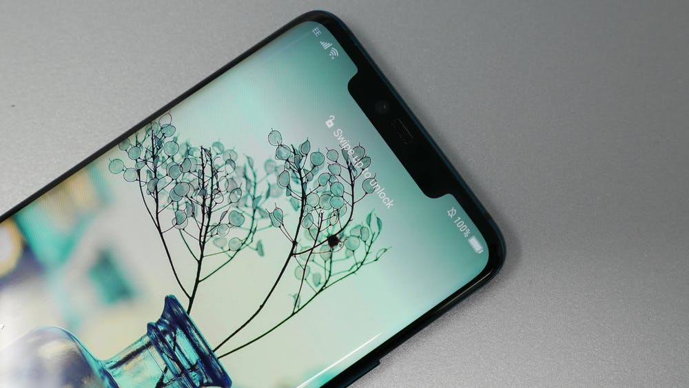 Hinter der Notch des Huawei Mate 20 Pro verstecken sich zahlreiche Sensoren für die 3D-Gesichtserkennung. (Foto: t3n.de)