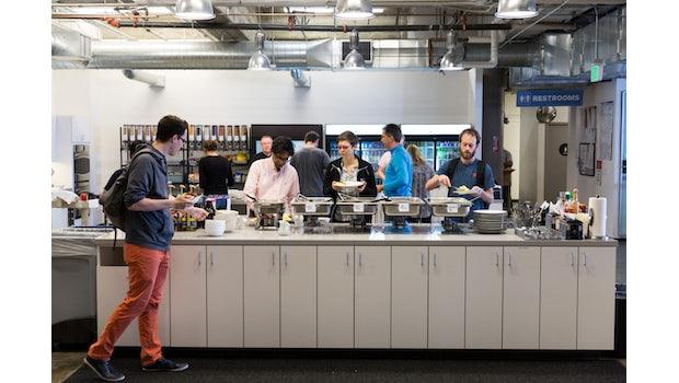 Bevor es zum Standup-Meeting geht, gibt es ein gemeinsames Frühstück mit dem ganzen Team. (Foto: Pivotal Software)