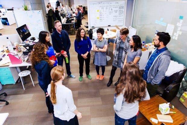 Nach dem großen Stand-Up-Meeting folgt ein Weiteres im kleinen Projekt-Team. (Foto: Pivotal Software)