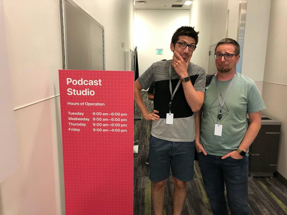 Nach der Apple-Keynote in San Francisco: t3n.de-Redaktionsleiter Sébastien Bonset (rechts) mit Youtuber AlexiBexi vor dem Podcast-Studio. (Foto: t3n)