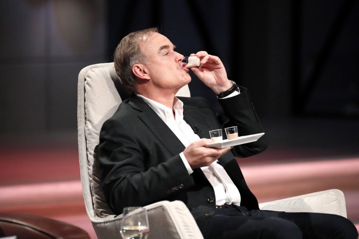 """Investor Dr. Georg Kofler probiert die Flüssignahrung von """"YFood""""."""