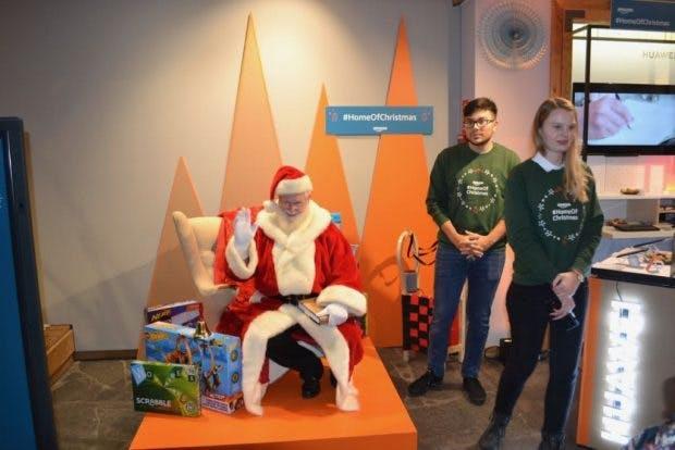 Der Weihnachtsmann darf im Amazon-Popupstore nicht fehlen. Die Erinnerungsfotos werden über ein Huawei-Smartphone und einen mobilen HP-Fotodrucker produziert.