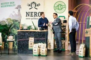 Jakob Hemmers (l.) und Aaron Armah (r.) von Nero und Investor Ralf Dümmel (Foto: MG RTL D)