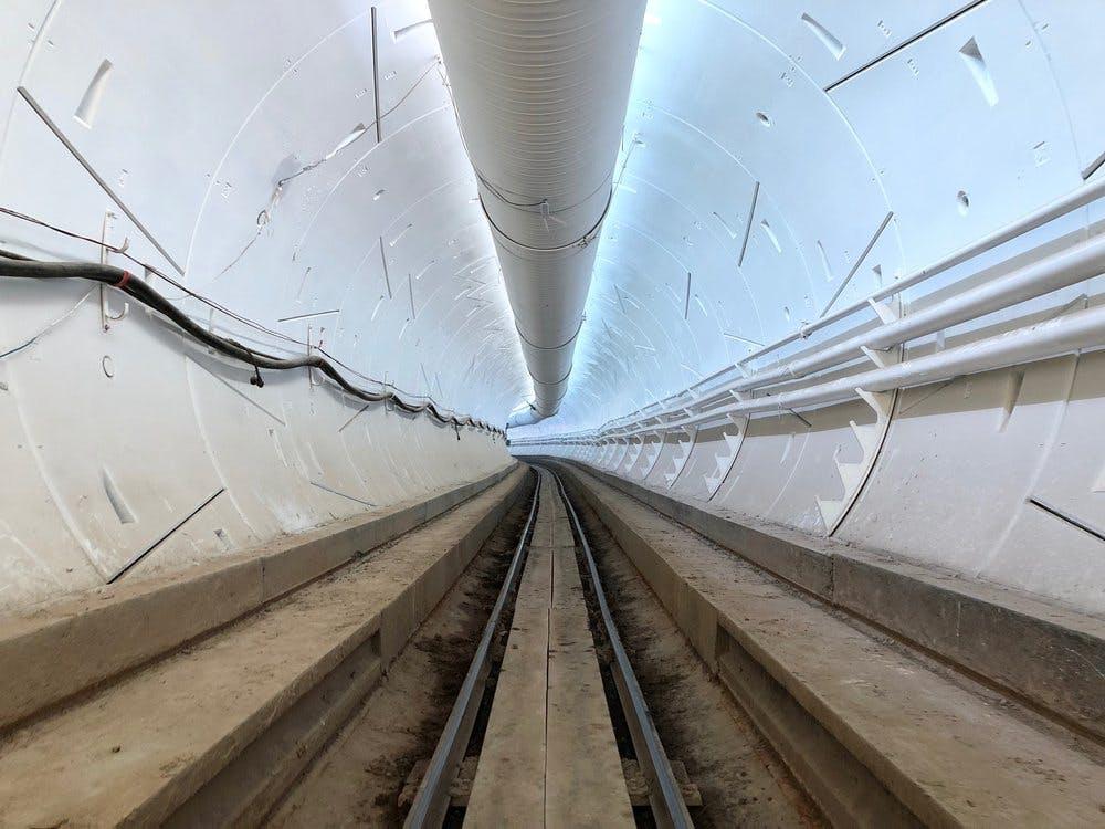 """Elon Musk zeigt Video des """"beunruhigend langen"""" Highspeed-Tunnels unter L.A."""