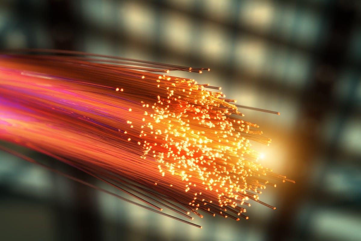 Forscher jagen Daten mit 1 Petabit pro Sekunde durch Glasfaserkabel