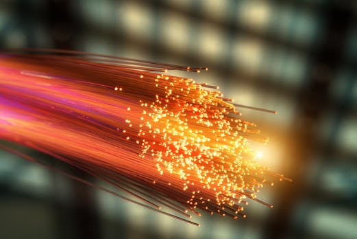 Forscher schicken Daten mit 1 Petabit pro Sekunde durch eine Glasfaserverbindung
