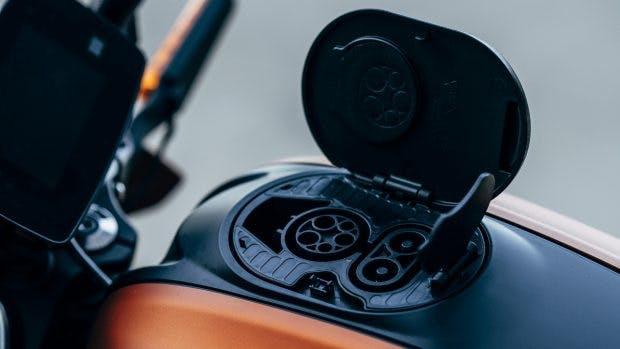 """Harley Davidson Livewire: Geladen wird über den """"Tankdeckel"""". (Foto: Harley Davidson)"""
