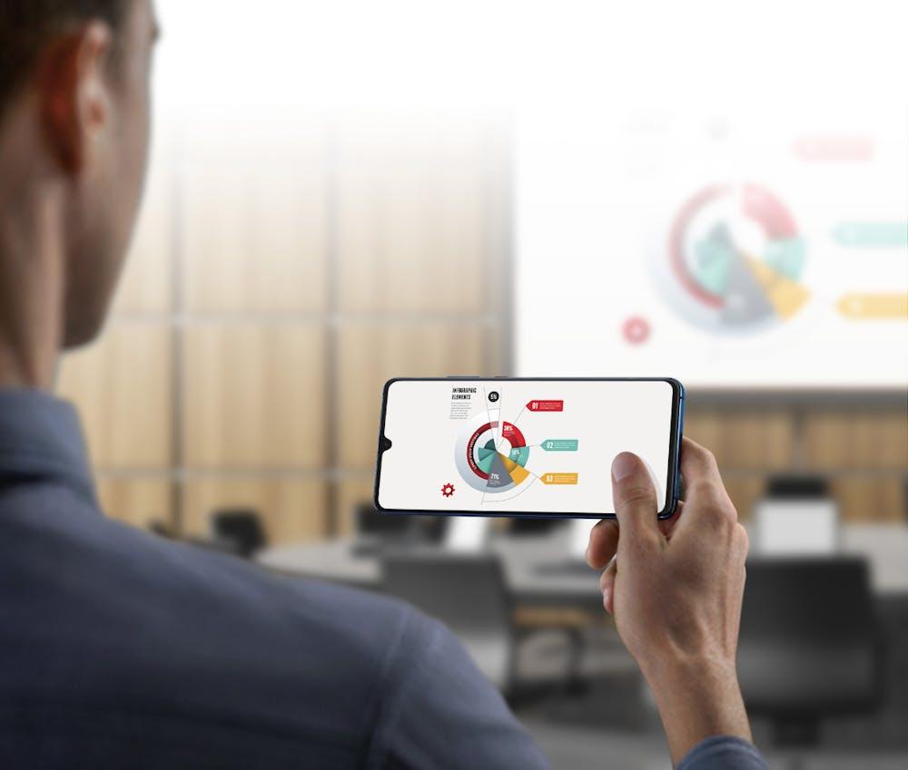 Huawei Mate 20 X: Drahtloses Übertragen von Inhalten auf größere Bildschirme wird per Miracast realisiert. (Bild: Huawei)
