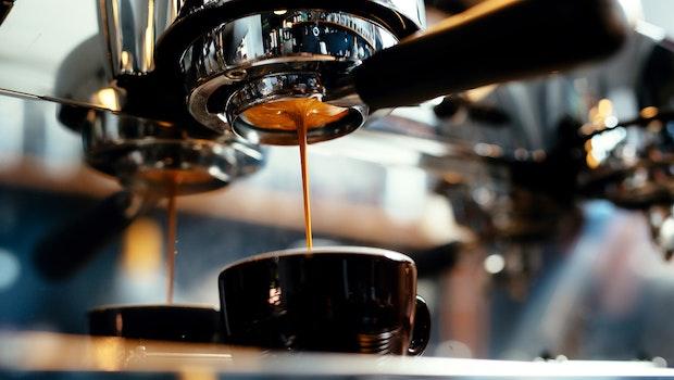 Bürokaffee: Darum solltest du zwischen 8 und 9 Uhr keinen Kaffee trinken