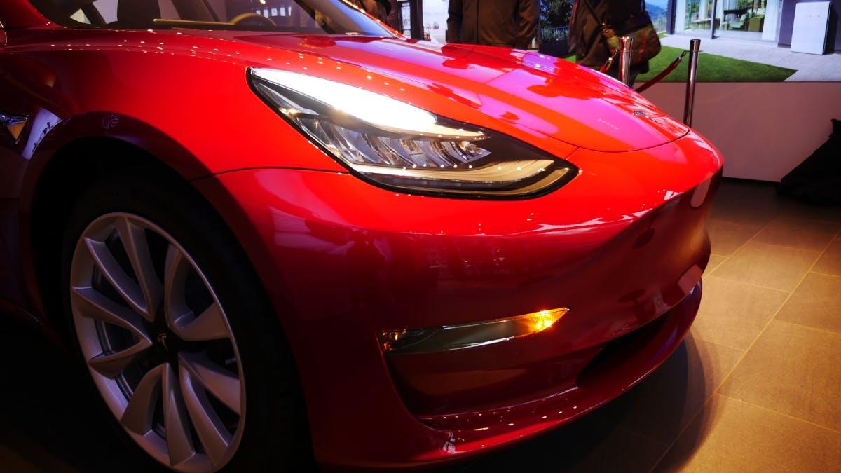 Tesla: Erste Model 3 in Europa ausgeliefert – mit deaktiviertem Autopilot