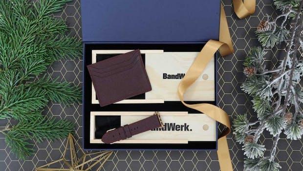 In der Geschenkbox von Bandwerk erwarten dich ein Lederarmband sowie ein Kartenetuit im Vintage-Style. (Foto: Bandwerk)